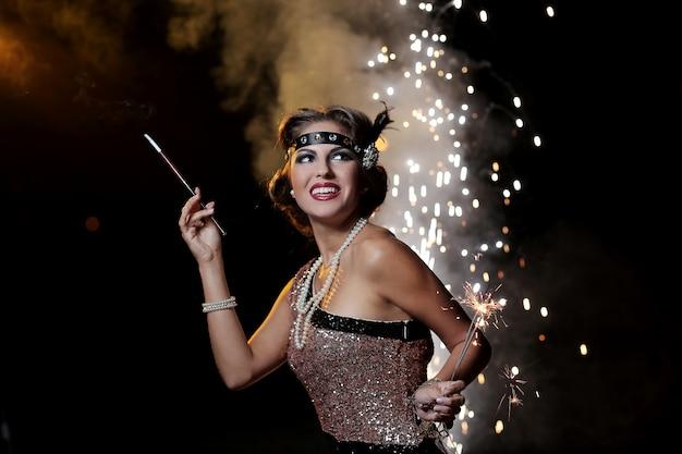 Porträt der glücklichen partyfrau mit feuerwerkshintergrund