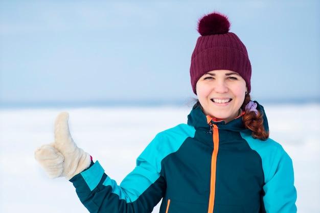 Porträt der glücklichen positiven jungen frau in der warmen winterkleidung