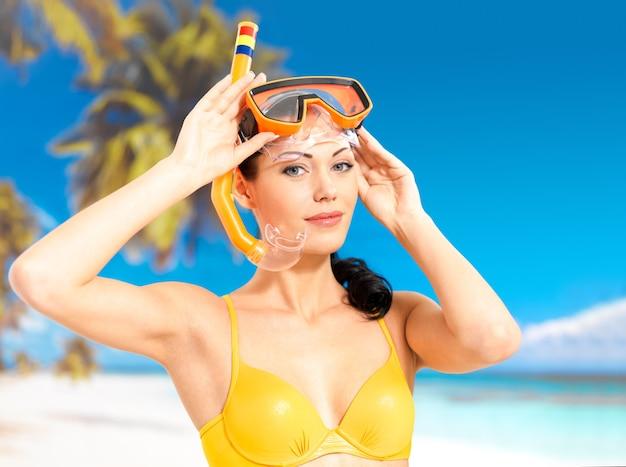 Porträt der glücklichen schönen frau, die am strand genießt.