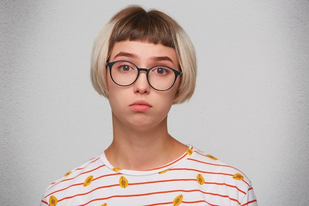 Porträt der glücklichen schönen jungen frau trägt gestreiftes t-shirt
