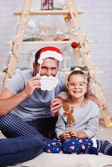 Porträt der glücklichen tochter und des vaters in der weihnachtszeit