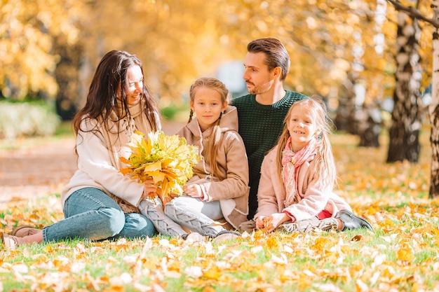 Porträt der glücklichen vierköpfigen familie am herbsttag
