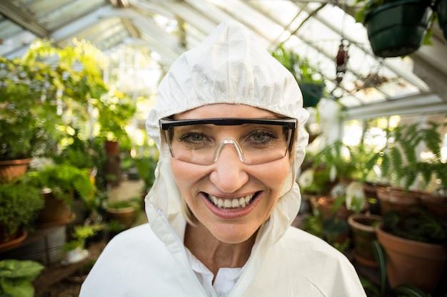 Porträt der glücklichen wissenschaftlerin, die sauberen anzug trägt
