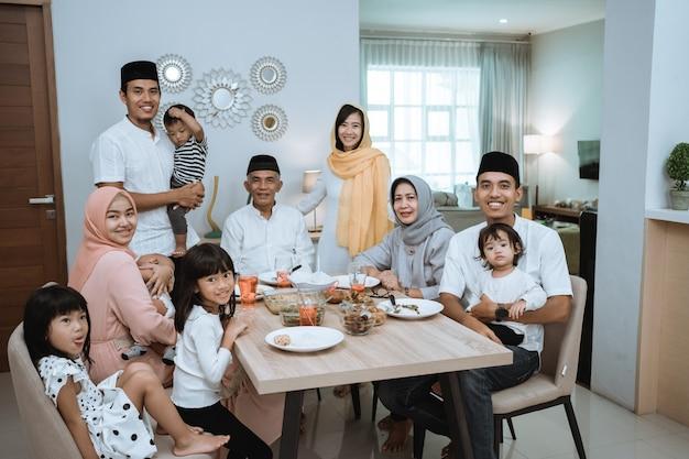 Porträt der großen asiatischen muslimischen familie auf iftar abendessen zusammen lächelnd