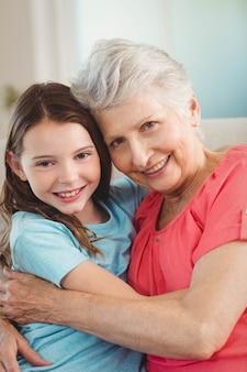 Porträt der großmutter und der enkelin lächelnd bei der umfassung