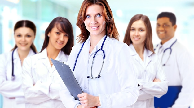 Porträt der gruppe der lächelnden krankenhauskollegen, die zusammen stehen