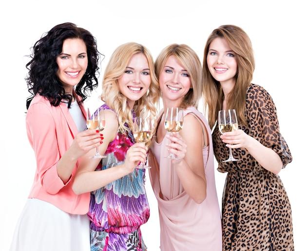 Porträt der gruppe junge schöne frauen haben party und wein trinken - isoliert auf weiß