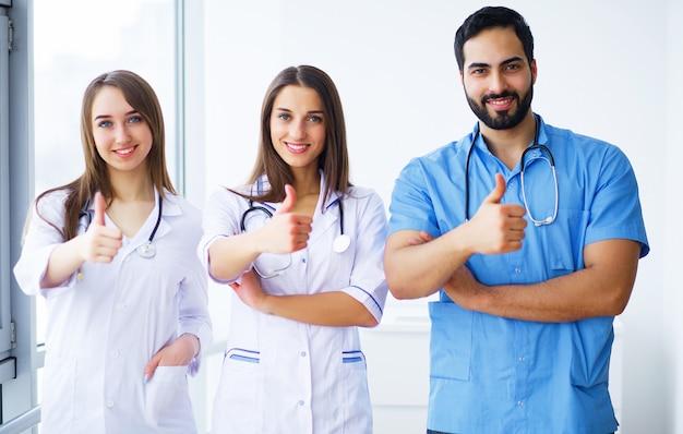 Porträt der gruppe lächelnder krankenhauskollegen, die zusammen stehen