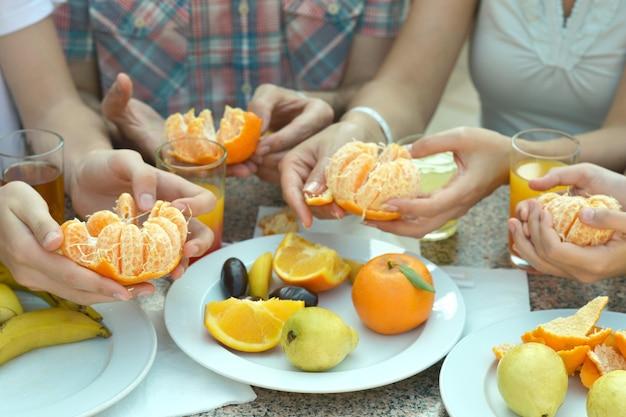 Porträt der hände, die reife mandarinennahaufnahme halten