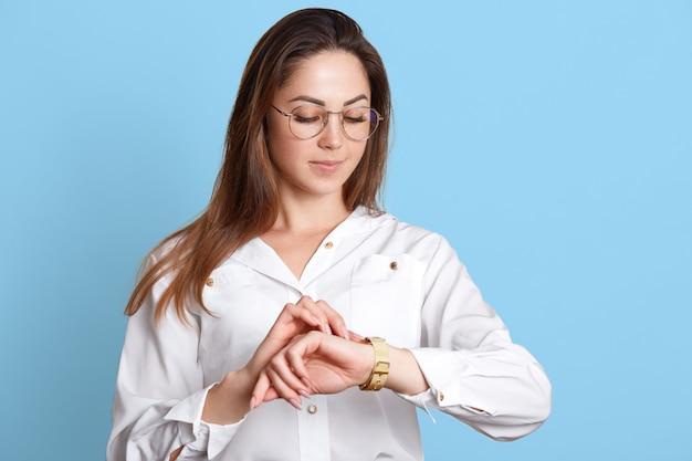 Porträt der herrisch erfolgreichen geschäftsfrau in gläsern