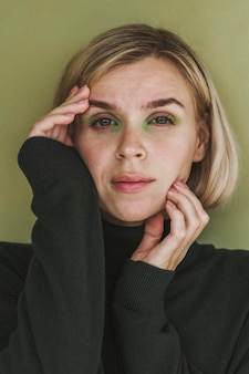 Porträt der herrlichen frau mit make-up