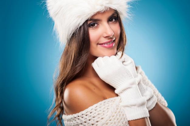 Porträt der herrlichen winterfrau, die pelzmütze trägt