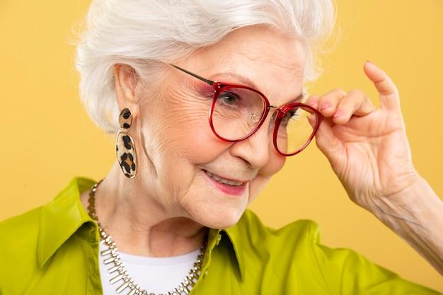 Porträt der hübschen älteren frau posiert