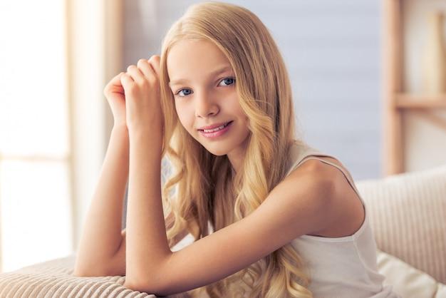 Porträt der hübschen blonden jugendlichen, die kamera betrachtet.