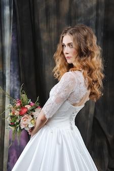 Porträt der hübschen braut im hochzeitskleid
