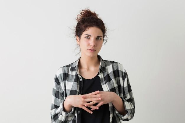 Porträt der hübschen frau des jungen hipsters im karierten hemd, das denkend ein problem hat und isoliert aufwirft