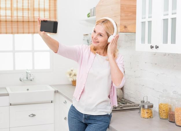 Porträt der hübschen frau ein selfie nehmend
