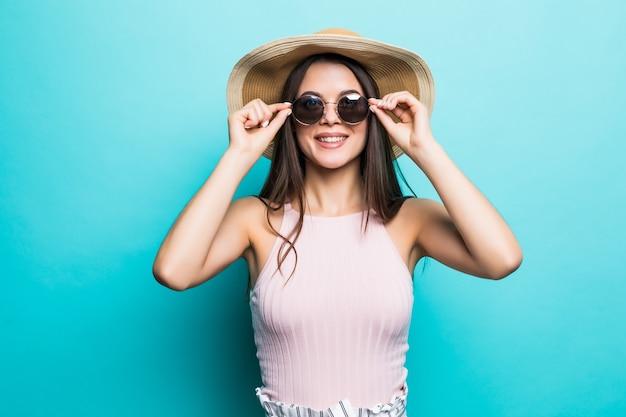 Porträt der hübschen frau in der sonnenbrille und im hut über blau bunt. sommerkonzept.