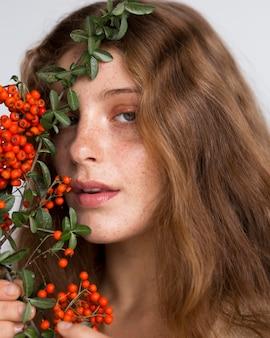 Porträt der hübschen frau mit baum und früchten