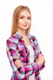 Porträt der hübschen jungen erfolgreichen frau mit gekreuzten händen