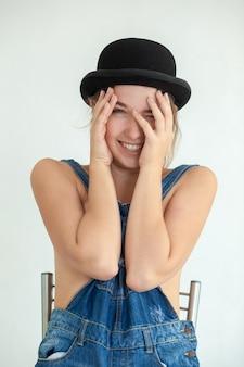 Porträt der hübschen jungen frau lächelnd