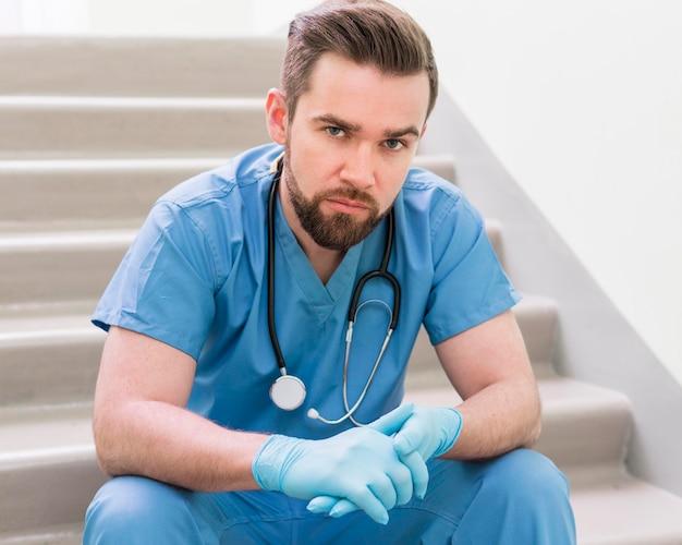Porträt der hübschen krankenschwester, die aufwirft