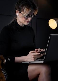 Porträt der intelligenten erwachsenen frau, die am laptop arbeitet