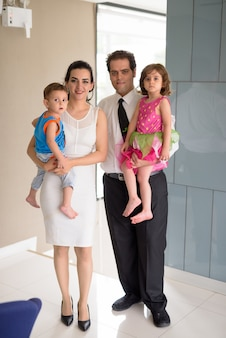 Porträt der iranischen familie, die zusammen zu hause entspannt