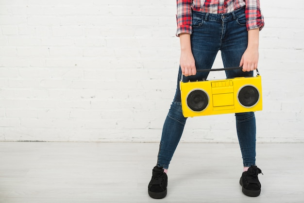 Porträt der jugendlichen mit musikkonzept