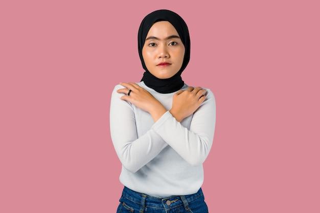 Porträt der jungen asiatischen frau, die hijab trägt