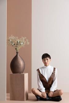 Porträt der jungen asiatischen frau in der herbstkleidung