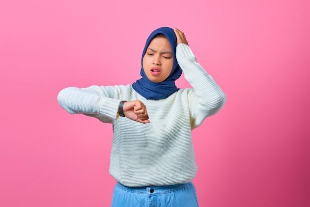 Porträt der jungen asiatischen frau sorgte sich um den stress der arbeitsfrist auf rosafarbenem hintergrund