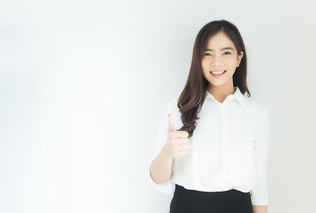 Porträt der jungen asiatischen geschäftsfrau greift oben sehr gutes symbol auf weißem hintergrund ab.