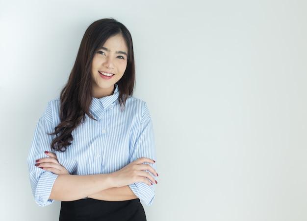 Porträt der jungen asiatischen geschäftsfrau kreuzte ihre arme über weißem hintergrund.