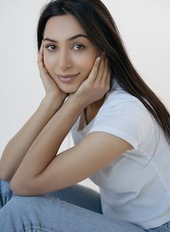 Porträt der jungen attraktiven indischen frau mit schönem gesicht