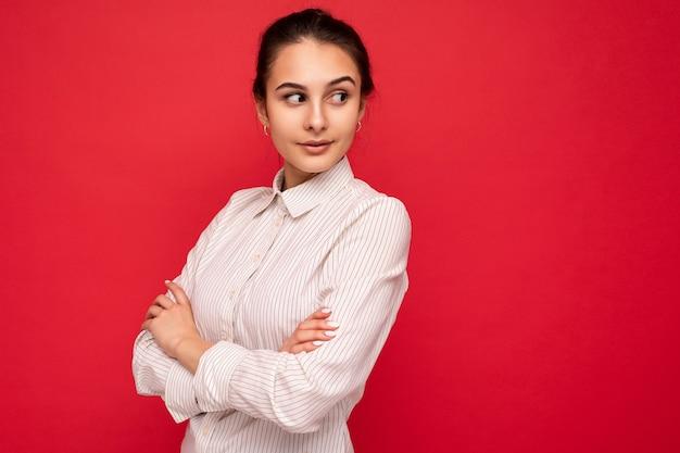Porträt der jungen attraktiven schönen selbstbewussten ernsten brünetten frau mit aufrichtigen gefühlen