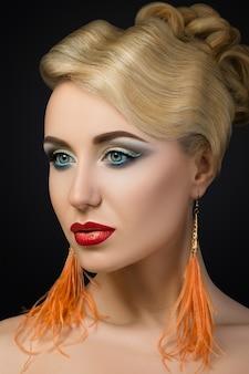 Porträt der jungen blonden frau mit den roten lippen. modische make-up details