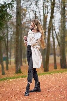 Porträt der jungen blonden frau mit langen haaren im trendigen outfit
