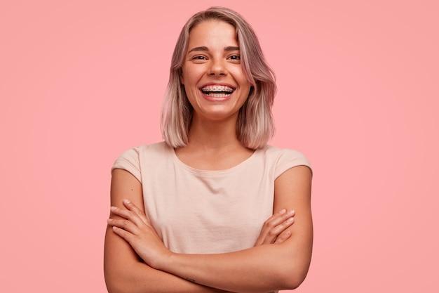 Porträt der jungen blonden frau