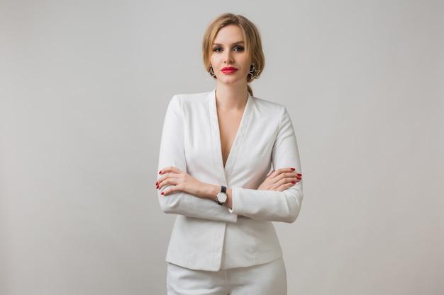 Porträt der jungen dame im weißen anzug zuversichtlich