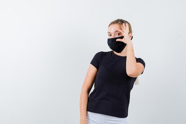 Porträt der jungen dame mit größenschild in t-shirt, hose