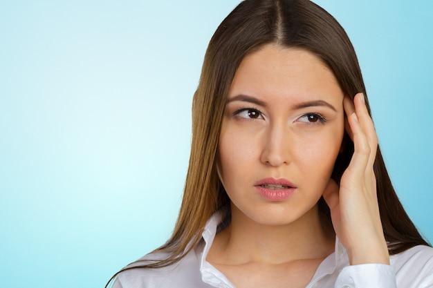 Porträt der jungen deprimierten und traurigen geschäftsfrau