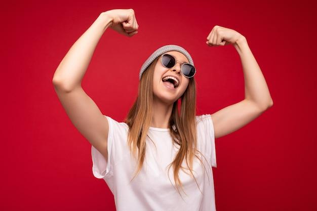 Porträt der jungen emotionalen positiven glücklichen attraktiven dunkelblonden frau mit aufrichtigen gefühlen