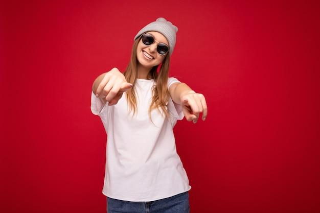 Porträt der jungen emotionalen positiven glücklichen lächelnden schönen dunkelblonden frau mit aufrichtigen gefühlen