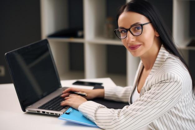 Porträt der jungen erfolgreichen geschäftsfrau im büro