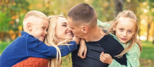 Porträt der jungen familie im herbstpark
