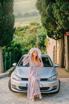 Porträt der jungen frau auf dem hintergrund des modernen autos