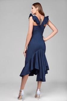 Porträt der jungen frau des stilvollen swags der mode im blauen rock