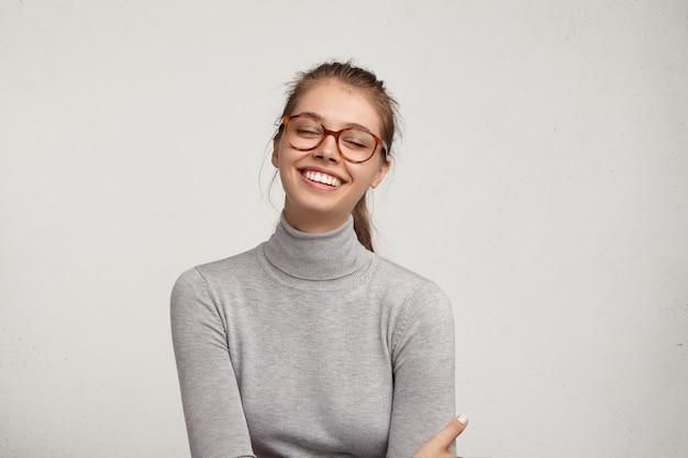 Porträt der jungen frau, die brillen trägt