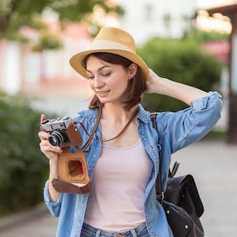Porträt der jungen frau, die fotos im urlaub macht